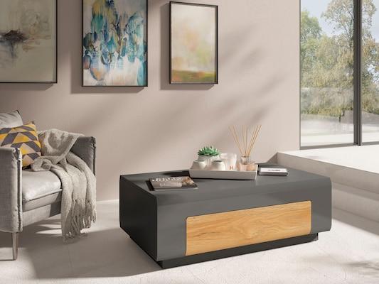 moderner, eckiger Couchtisch in Grau mit Holzelement