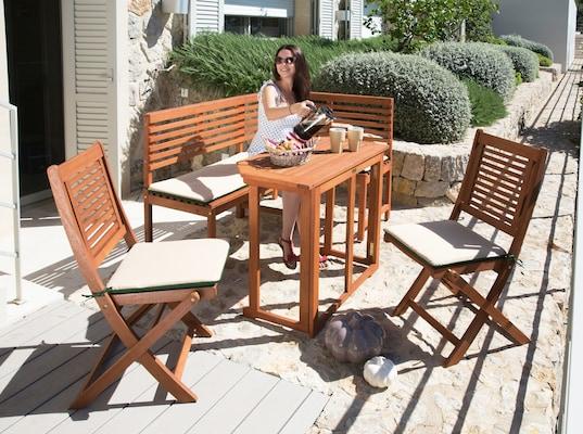 klappbarer Gartentisch und Gartenstühle